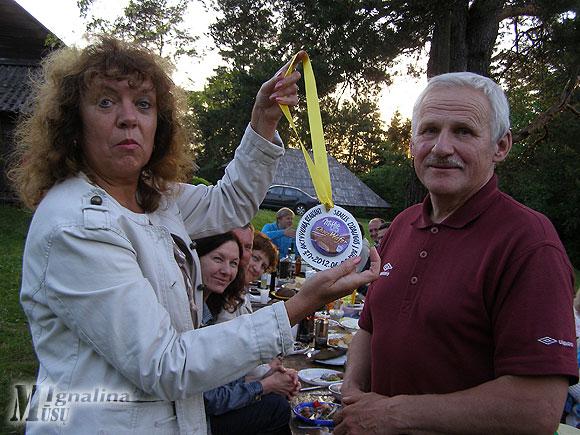 Šventės organizatorius Pranas Zubrickas pagerbtas senų gerų draugų medaliu