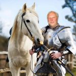 Ar riteriui jau kalami šarvai ir žirgas balnojamas?