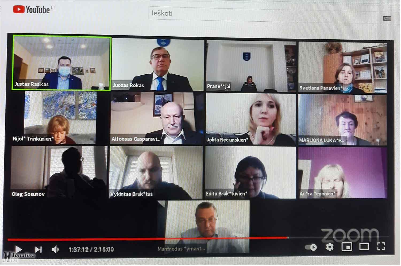 Tiek kompiuterio ekrane buvo tarybos narių, balsuojančių už mokyklų jungimą.