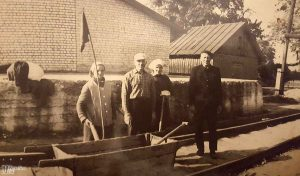 Geležinkelio ruožo viršininkas Justinas Ozarinskas (pirmas iš dešinės) su kelio darbininkais.