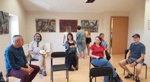 Rezidencijos KULTŪRA IR GATMTA dalyviai aptaria tapytojo Ričardo Garbačiausko parodą Ignalinos viešojoje bibliotekoje.